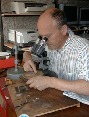 Le graveur Pierre Albuisson au travail