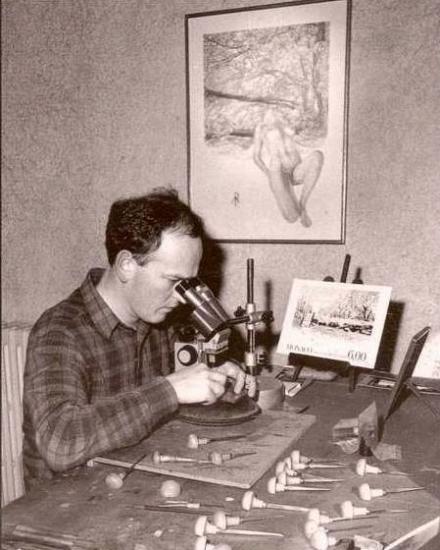 Pierre Albuisson dans son travail sur le poinçon